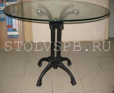 круглый стеклянный стол на кованном посдстолье
